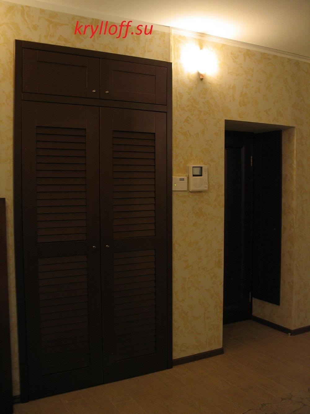007 Антресольный фасад над дверью.