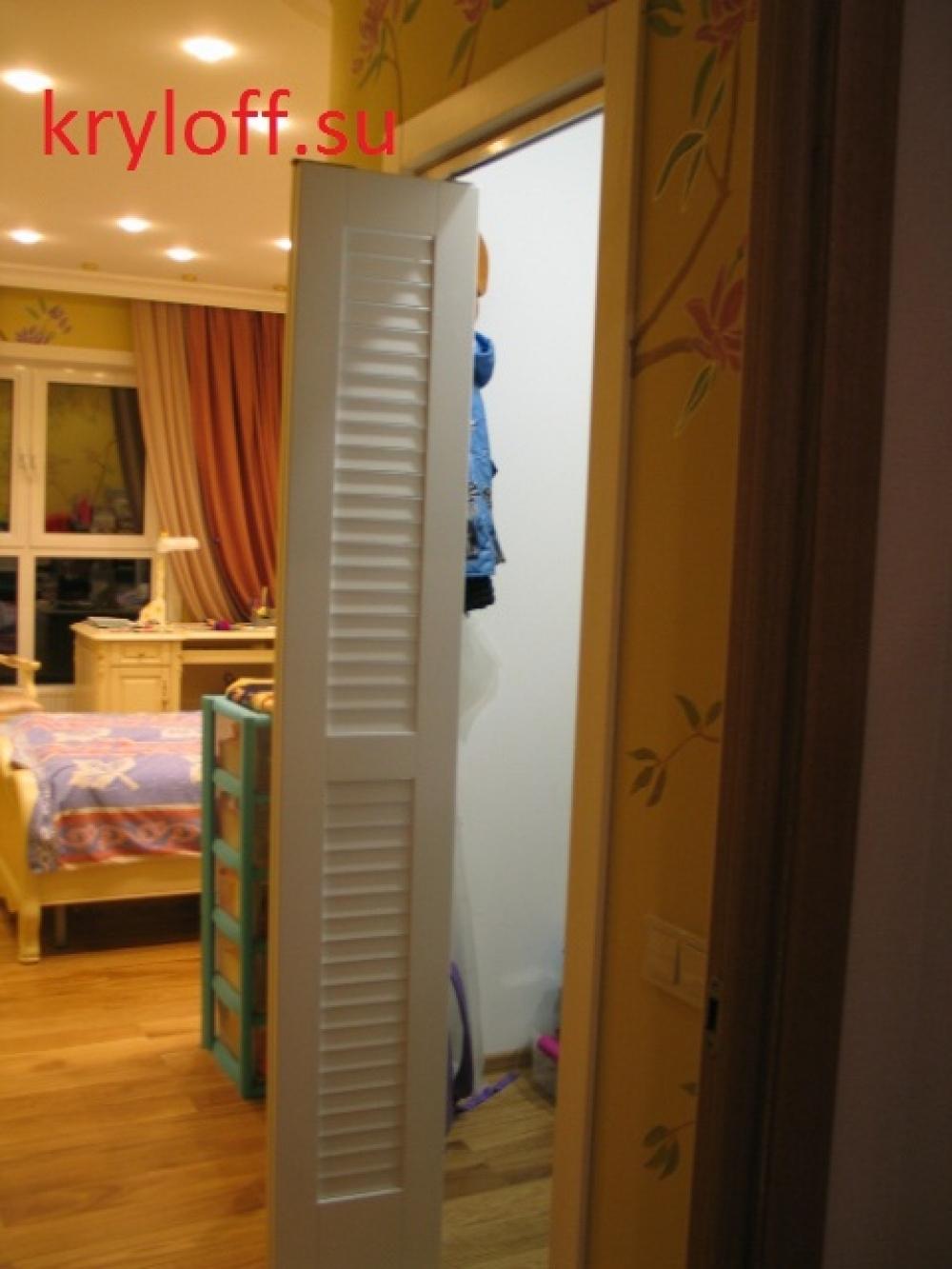 005 Дверь книжкой в гардеробную комнату