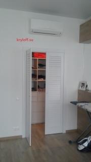 007 Дверки жалюзийные для гардеробной в интерьере