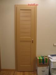 009 Одностворчатая жалюзийная дверь в гардеробную комнату